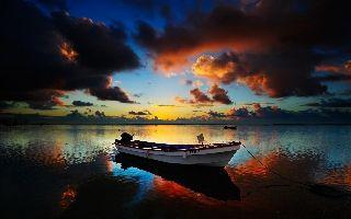Barca en pleno atardecer