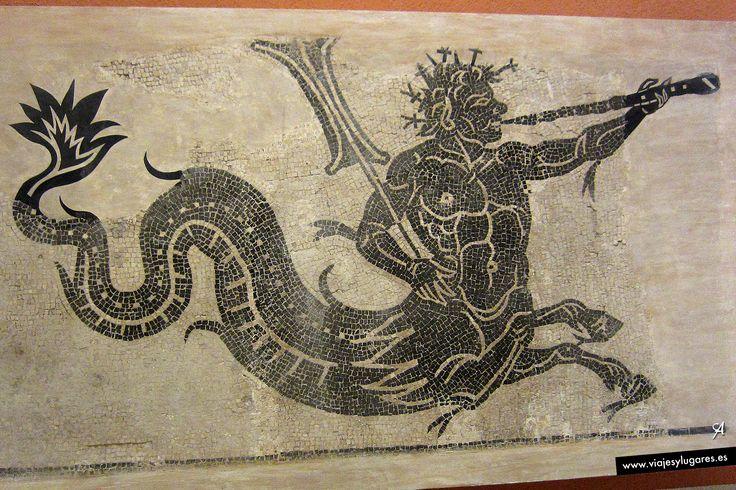 Mosaico en el que se representa a un tritón, criatura mitológica que habita en los mares, con la parte superior como la de un hombre adulto, y su parte inferior en forma de cola de pez, con dos patas delanteras de caballo bajo el vientre.  Romanización, siglos I-II d.C. Museo Arqueológico de Cádiz.