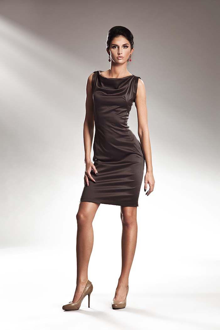 Szykowna sukienka z błyszczącym materiałem na szerokich ramiączkach
