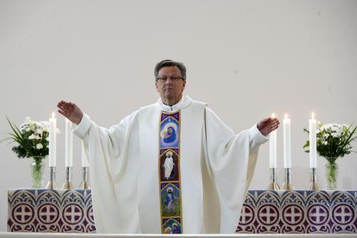 Valkoinen messukasukka kirkkoherra Jari Pennasen päällä ja antependium, Marian kirkko, Hamina. Kuva Seppo Sirkka. Helena Vaari, Hollola Finland