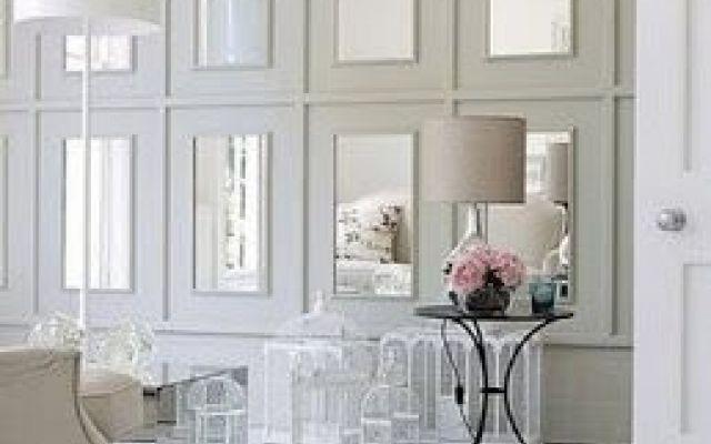 Decorare la casa: quando gli specchi fanno miracoli I designer e gli home stager sono pronti a giurarlo: posizionare saggiamente uno specchio in una stanza fa letteralmente miracoli. Ingrandiscono gli spazi e illuminano le stanze. A volte non occorre  #arredamento #decorazione #casa