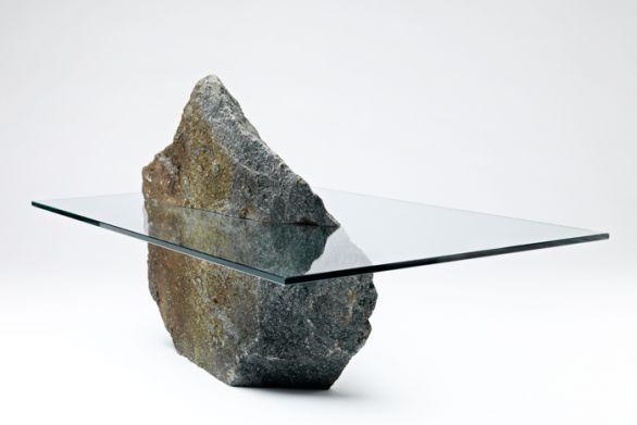 I tavolini in vetro della collezione #Archipelago in equilibrio con la roccia