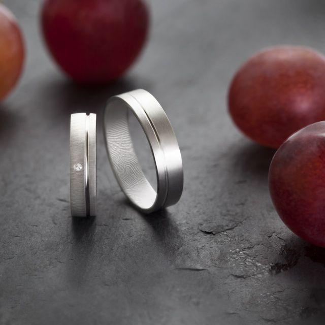 Alianzas de oro blanco Argyor. Estas alianzas de boda llevan grabadas las huellas dactilares de los novios.