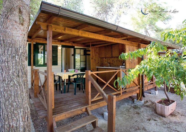 A godere il fresco sulle verande delle case mobili