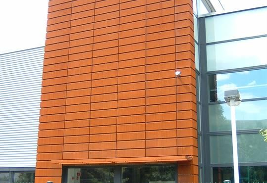 Keskeny printhouse: Lamella Cor-Ten 30 on the main facade - Read more: http://www.ruukki.com/b2b/references/reference-details/keskeny-printhouse?utm_source=Pinterest&utm_medium=social-media&utm_campaign=References #corten #facade #architecture
