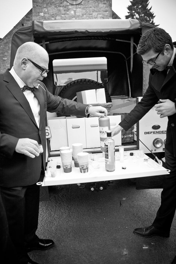 a landrover defender serves as bar after the ceremony // caroline & philippe's wedding on lovelyday.be // photo catherine de saeger