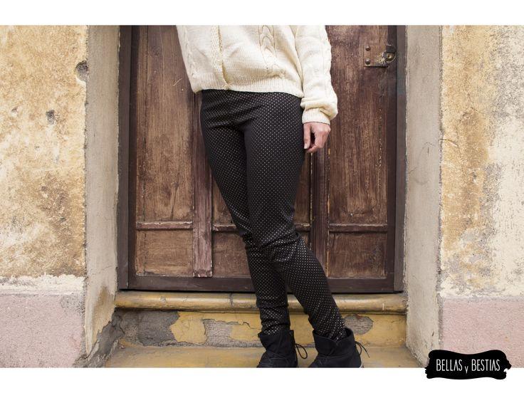 Calza tela punto roma, color negro,con aplicaciones de tachas doradas. $ 8.500  - Talla standard - Costuras reforzadas - Pretina alta  CÓDIGO BBCALTA  * Se pueden mandar a hacer tallas más grandes. Consultar vía inbox.  http://www.facebook.com/tiendabellasybestias