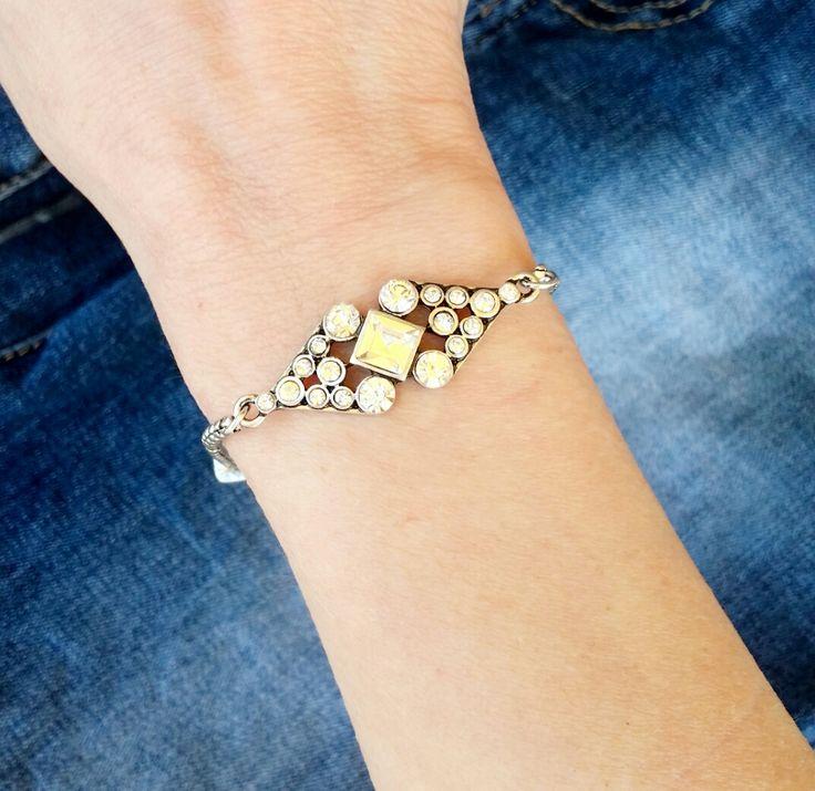 Bracelet en métal argenté et strass. Un bracelet fantaisie tendance 2017 . Bracelet réglable convient à tous les poignets.Ce bracelet tendancea tout ce qu'il lui faut pour devenir l'accessoire incontournable de la saison! Profitez de bracelet à prix mini! Emballage cadeau offert!