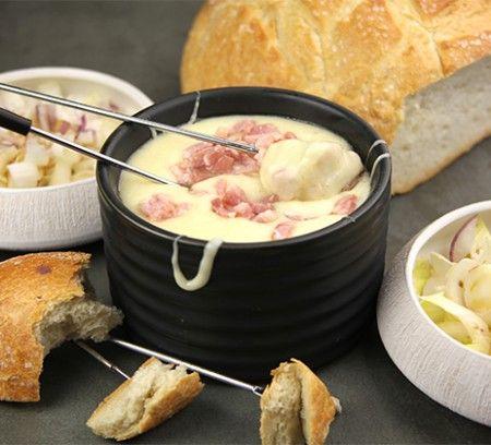 Une fondue savoyarde, c'est un grand classique adoré. Surprenez vos convives en l'accompagnant d'une salade d'endives aux oignons rouges.