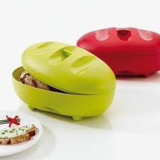 Praktyczny pojemnik na chleb niemieckiej marki Koziol. Produkt został wykonany z najwyższej jakości tworzywa sztucznego.   Pojemnik jest idealnie gładki w środku. Dostępny jest w kilku wersjach kolorystycznych.