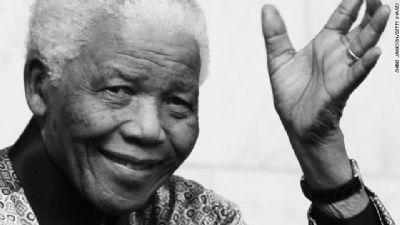 Nelson Mandela, quien salió de prisión luego de 27 años para eliminar de Sudáfrica el apartheid murió a los 95 años, confirmó el presidente Jacob Zuma.