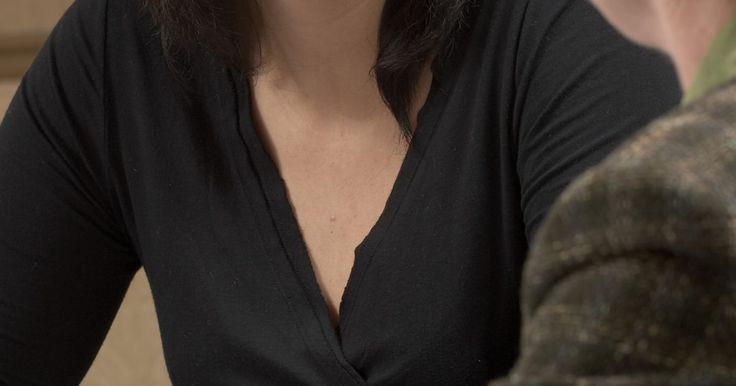 Como agir em uma entrevista para ser recepcionista de médico. Os recepcionistas de médicos trabalham em hospitais, consultórios particulares, clínicas e centros cirúrgicos. Algumas de suas responsabilidades incluem receber os pacientes, agendar consultas e atender o telefone. Uma entrevista é sua oportunidade de mostrar ao potencial empregador porque você é o melhor candidato para o cargo. Ter boas ...