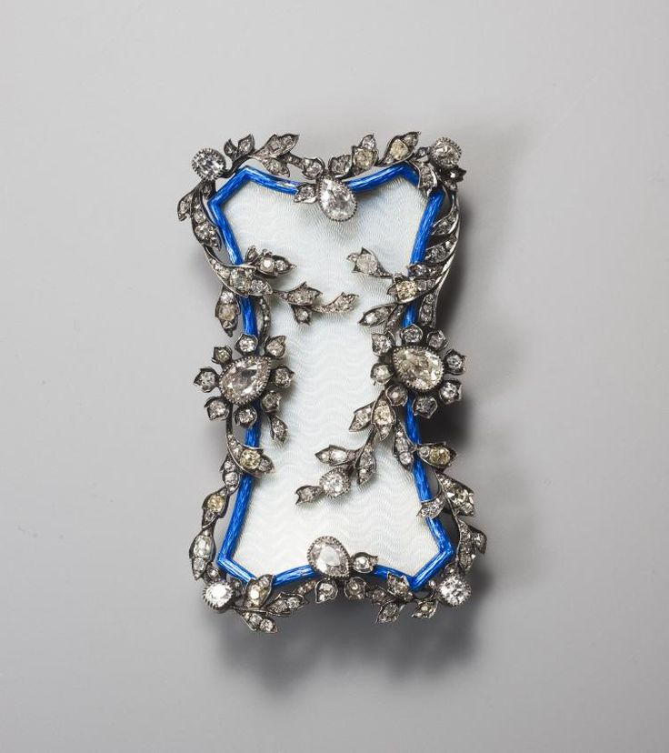 Fabergé boucle de ceinture de forme incurvée en or et argent, émaillée blanc et galon bleu ornée d'entrelacs végétaux sertis de diamants taille ancienne et taille rose. Poinçon de maître A.H pour Albert Holmström.