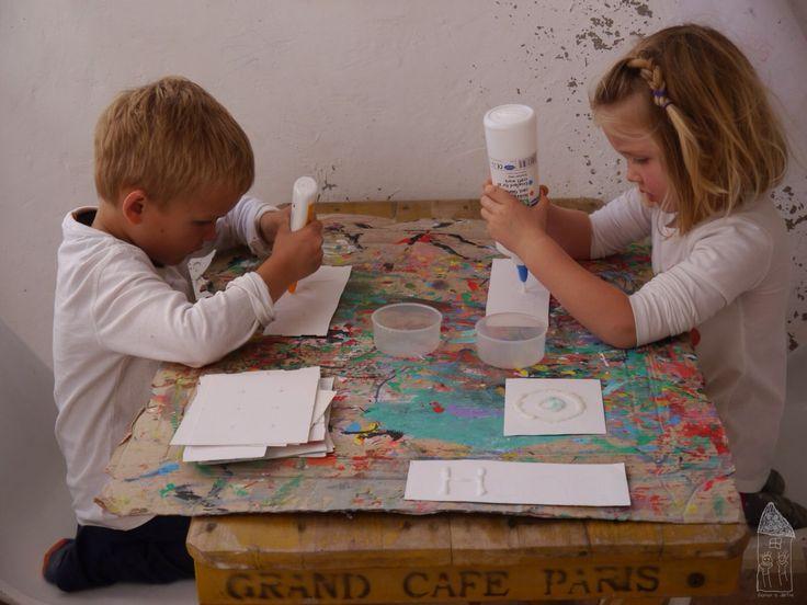 Tvoření nebo malování pro malé děti … ani nevím jak tomu vlastně říkat? Kombinování různých materiálů, rozšiřování slovní zásoby (špetka soli, pipeta..), posilování drobných svalů na rukou (m…