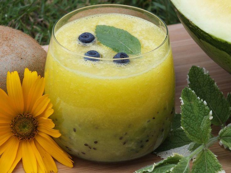 Słodki, orzeźwiający i zdrowy napój na upalny dzień! Smacznego  http://www.smaczny.pl/przepis,smoothie_z_kiwi_i_arbuza  #przepisy #napoje #smoothie #arbuz #kiwi #owoce #upał