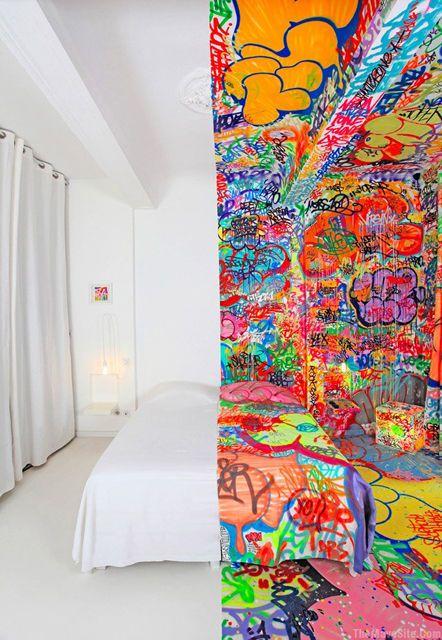 喧騒と静寂、俗と聖がパッツリ同居した泊まれるグラフィティホテル「Panic Room」