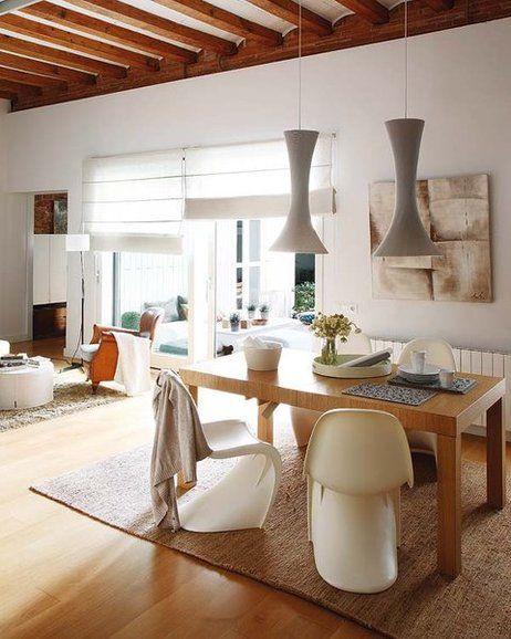 Zona de comedor con lámparas de techo