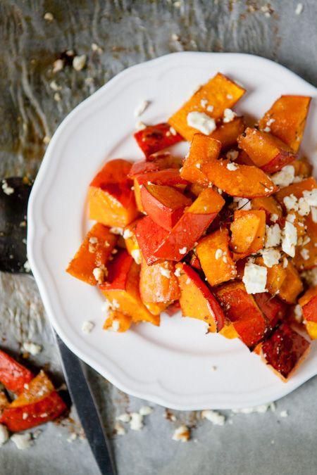 Kürbis aus dem Ofen: mit Honig, Muskatnuss, Öl, Salz und Pfeffer marinieren und bei 180C grillen ev. mit Feta vollenden