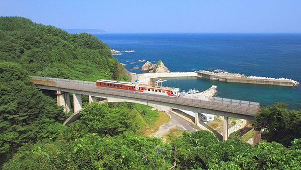 岩手県 三陸鉄道 岩手県内で北リアス線・南リアス線の2路線が運航し、いずれも太平洋沿岸の絶景を巡る。お座敷列車やレトロ列車など、風変わりな企画列車が名物の1つ。