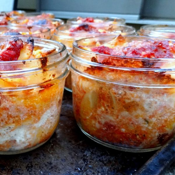 Lasagna baked in mason jars for quick n easy home cooked lunch on the go. Uhm. Genius?!--like the idea, there is no recipe at the site.