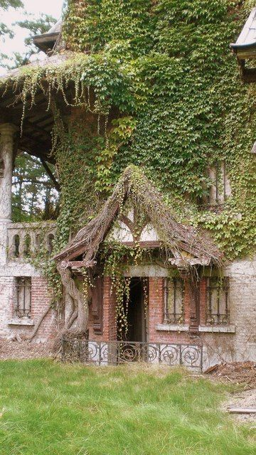 Abandoned castle urbex Belgium  Even in ruin, it is still romantic!