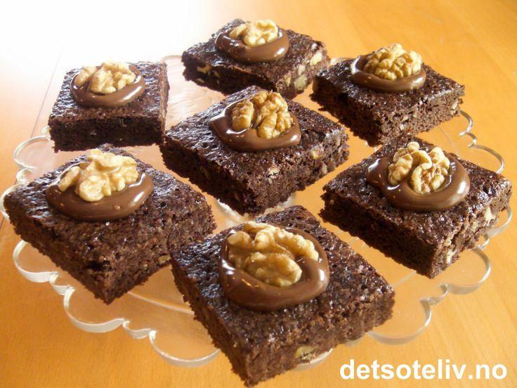 """""""Jeg forventer effektivitet..."""" - jada, jada, blablabla..., men av og til ER det faktisk utrolig kjekt å kunne røre sammen nydelige """"Brownies"""" i ekspressfart! Her er en super oppskrift på saftige, myke, deilige og svært lettlagede """"Brownies"""" som er hentet fra Ingrid Espelids bok """"Helt enkelt baking"""". I boken heter kakene """"Raske brownies"""", men hjemme hos meg har de etter hvert fått navnet """"Brownies ekspress""""! Oppskriften passer til liten langpanne."""