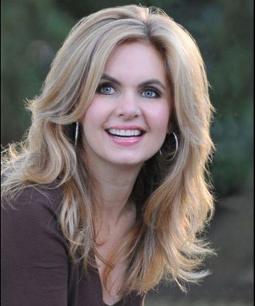 Wunderschöne Victoria Osteen lange blonde Frisuren mit braunen Highlights