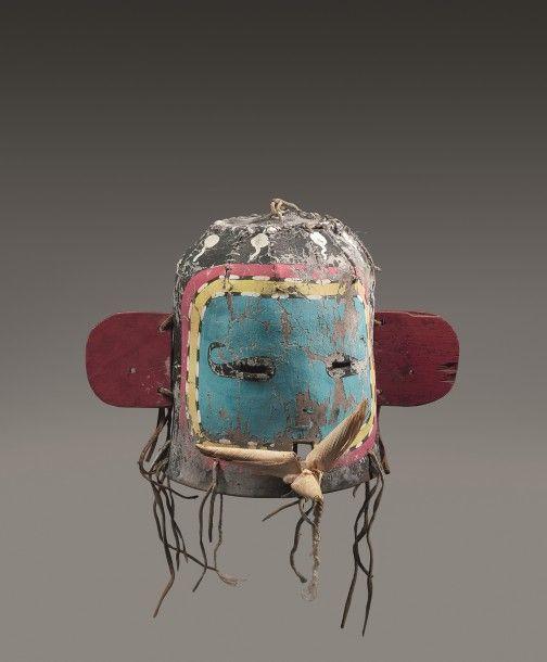 MASQUE HEAUME OTA, KWASA-ITAQA OU SKIRT MAN Cuir, pigments, bois et feuilles d'epis de mais. Pueblo, sud ouest des Etats-Unis d'Amerique Periode de confection proposee 1920 - 1930 Ht 21 cm Masque en cuir… - Eve - 30/05/2016