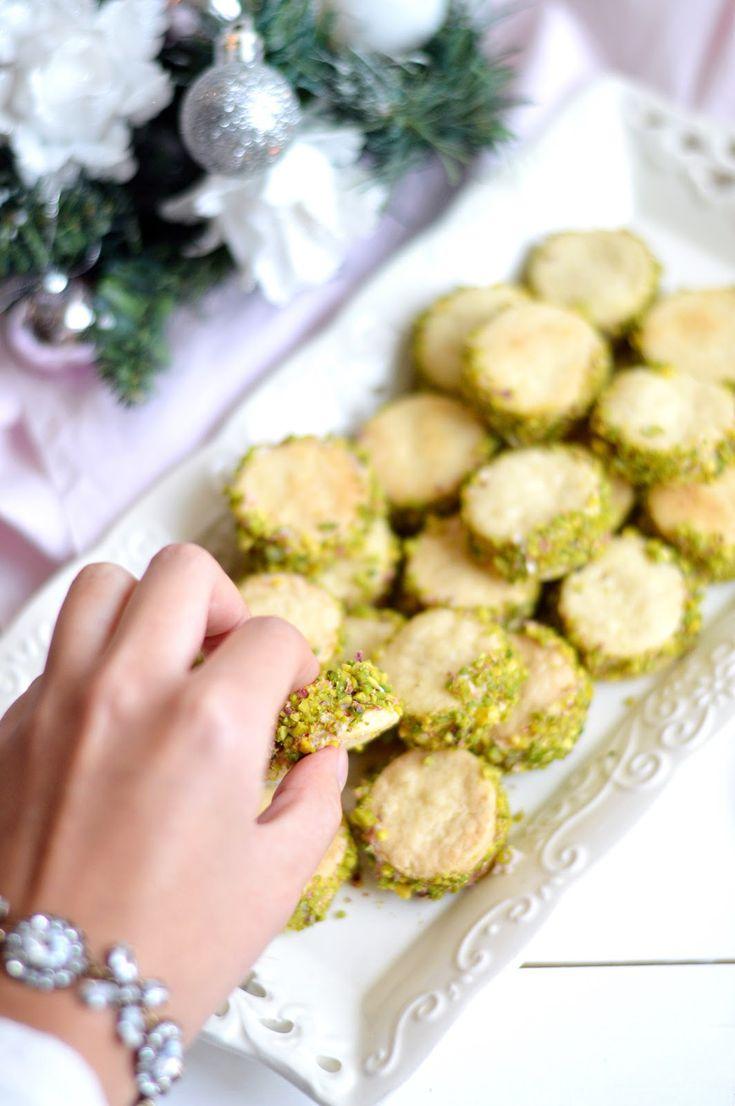 Frolla salata friabile e saporita farcita con una soffice mousse al prosciutto cotto e robiola, il tutto completato da una colorata c...