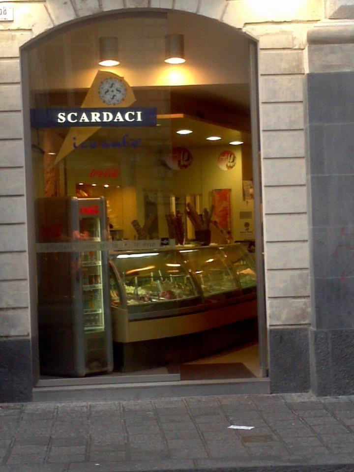 Scardaci. La gelateria di via Etnea.   http://www.scardacigrangala.it/ — presso Catania Via Etnea.