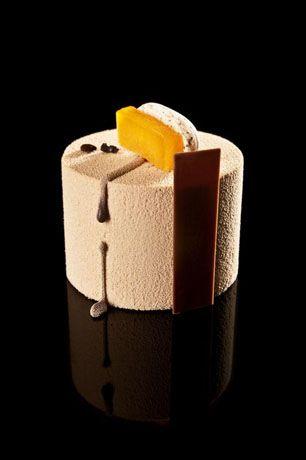 Dulce de leche - Vainilla - Café | Macarrón de café, interior de vainilla con albaricoque, mousse de dulce de leche y pintura de cobertura de leche | #RubenAlvarez #postre #dessert