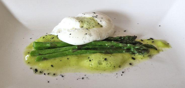 Scopri la ricetta uovo in camicia con asparagi e guarda il video per comprendere tutti i trucchi per la realizzazione di un uovo in camicia perfetto.