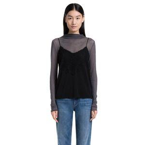 Top de tirantes y encaje en color negro. El diseño se caracteriza por su volumen recto, con escote en V y tirantes finos. Destaca la pieza de encaje superpuesta en el escote y en la espalda. Se trata de una prenda ultra femenina y elegante.