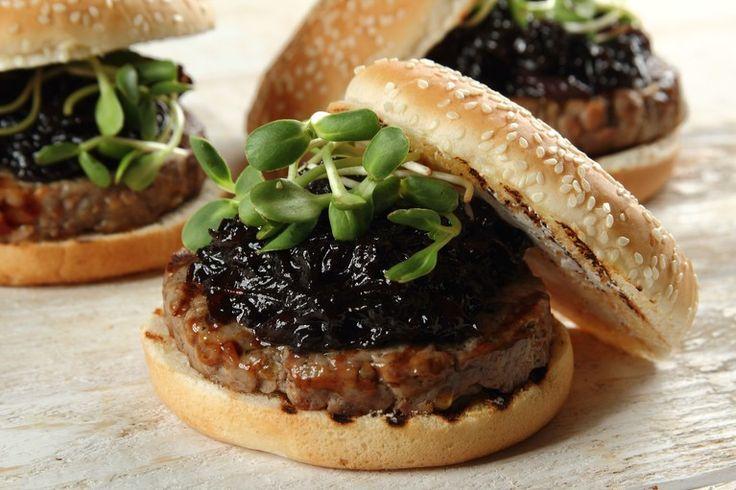 Wołowe burgery z kozim serem i konfiturą z czerwonej cebuli z suszonymi śliwkami