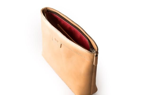 If you're seeking a little more internal organization in your totes, the wash bag is a great companion. Full grain leather and lined with nylon. Throw makeup, p