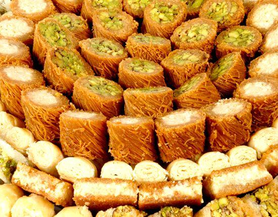 Especiarias: pistache, cravo, canela O primeiro fim de semana de Agosto não tarda a chegar. Como esses curtos dias de descanso tem de ser bem agradáveis, arranjamos uma receita de doce árabe para provar e cair de joelhos de tão deliciosa que é. Por ser um doce muito tradicional e muito popular,