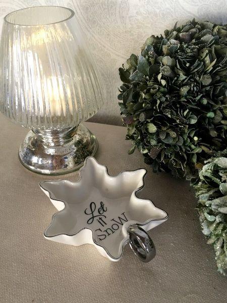 Vakker, liten bolle formet som en snøkrystall, fra Riviera Maison Hvit keramikk med sølvkanter Lengde 12cm