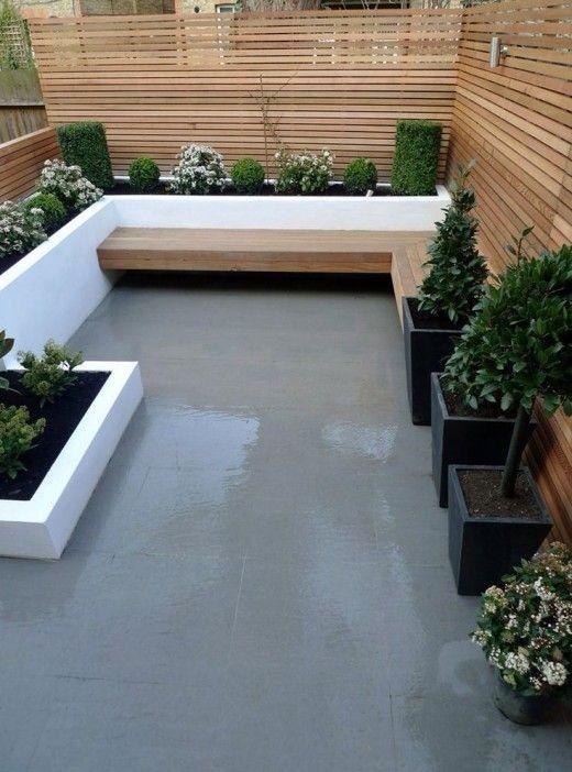 Smalle achtertuin weinig beplanting maar in stijl ingericht. André Meilink