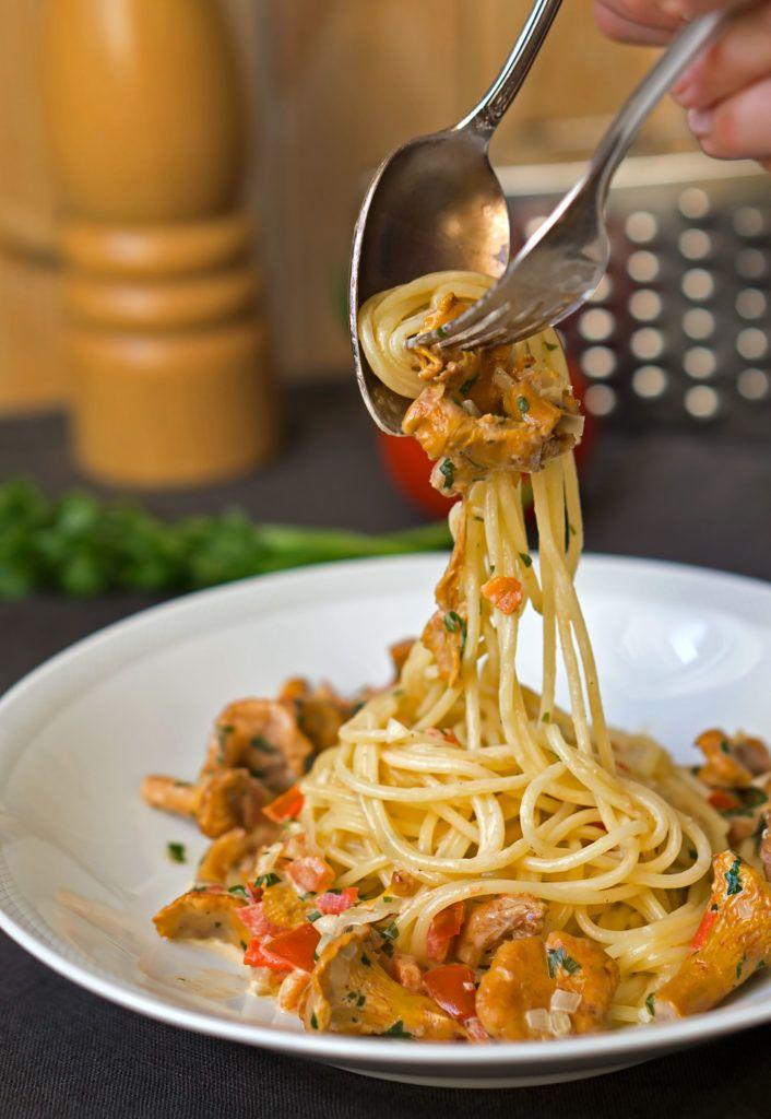 Spaghetti mit Pfifferlingen. Zutaten für 2 Personen: 250 g frische Pfifferlinge, 2 reife Tomaten, 1 Schalotte, 200 g Spaghetti oder Spaghettini, 1 Schuss Weißwein, etwas Zitronenabrieb, 100 ml Schlagsahne, ...