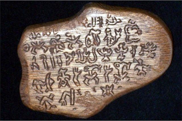 """En 1870, le missionnaire Hyppolite Roussel découvre l'écriture Rongo-Rongo chez des indigènes de l'île de Pâques, des tablettes de bois recouvertes de signes gravés que les Pascuans appellent """" Ko Hau Rongo Rongo """" (Bois Parlants ou encore Bâton de Chant)"""