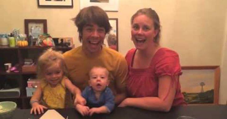 """Kris y Kat buscaban una manera original de anunciar a su familia y amigos que estaban esperando un bebé. Pero necesitaban que fuera algo diferente a lo esperado y que pudieran conservar sus reacciones, la idea que tuvieron no pudo haber sido mejor. Decidieron colocarlos como si fueran a tomarles una fotografia, y al momento de tomar la foto luego de decir """"Una, dos, tres"""" se les ocurrió agregar la frase:Todos digan """"Kate está embarazada"""", muchos la repitieron sin siquiera pensarlo, para…"""