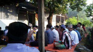 Pengikut Islam Aboge Desa Pajaran Baru Salat Id Hari Ini. Bhabinkamtibmas Polsek Saradan Melekat di Giat Tersebut