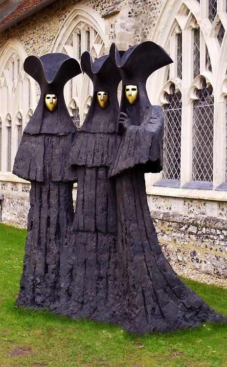 """Oscuros seres ocultos tras sus """"maschera nobile"""" venecianas. """"Serenissima"""", escultura en bronce de Philip Jackson, artista escocés nacido en 1944."""