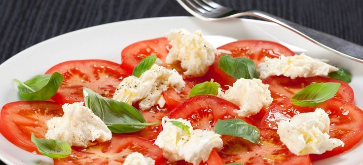 Caprese er en tomatsalat med frisk mozzarella, olivenolie og basilikum. Kan serveres til forretten eller som tilbehør til aftensmaden. Se opskriften her