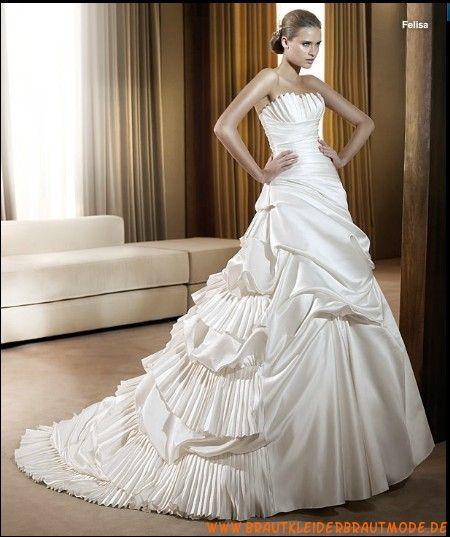 Traumhafte schöne maßgeschneiderte Brautmode Frankfurt mit langer Schleppe