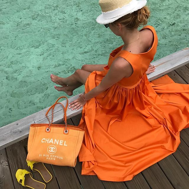 Люблю отдых, где не нужно много одежды. Где пляжный сарафан можно одеть на ужин, а купальник на обед. Где ты забываешь, что такое макияж и средства для укладки. Где даже волосы можно не расчесывать, а скрутить в пучок. Где не нужны каблуки и сумки. Где все улыбаются и никто не смотрит на тебя оценивающим взгляд. Где никто не высматривает твои изъяны и не обсуждает их за соседним лежаком. Такой отдых я люблю ☀️️