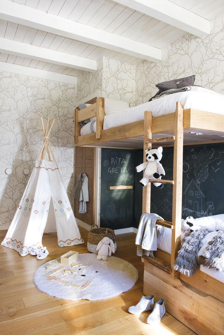 DSC4089. Dormitorio infantil con litera de madera desplazada para dejar zona de juegos libre_DSC4089