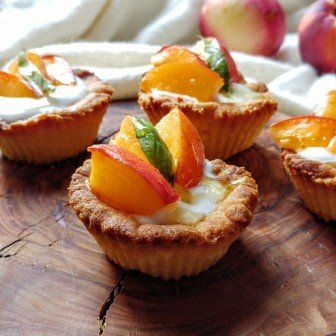 Mini taartjes met lactosevrije vanilleyoghurt en nectarine