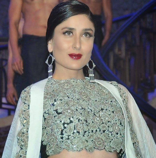 Kareena-Kapoor-at-anamika-khanna-show-at-lfw-2015-1 Kareena Stills at Anamika Khanna Show From Lakme Fashion Week 2015 Events and images