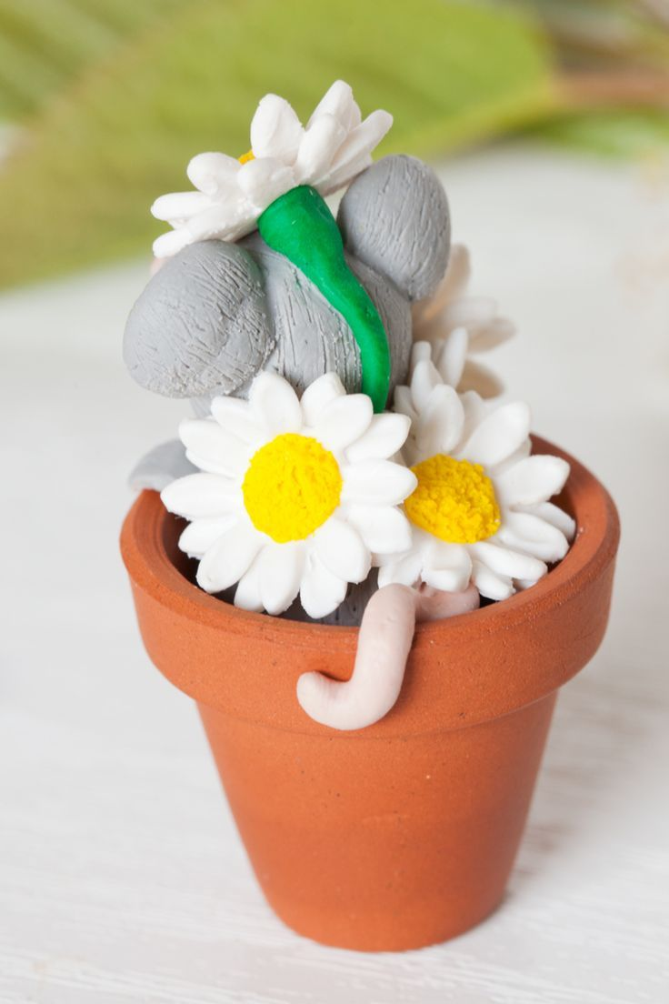 Look at that mouse tale curling out of the daisies! The perfect spring ornament for any mouse lover. So gorgeous!